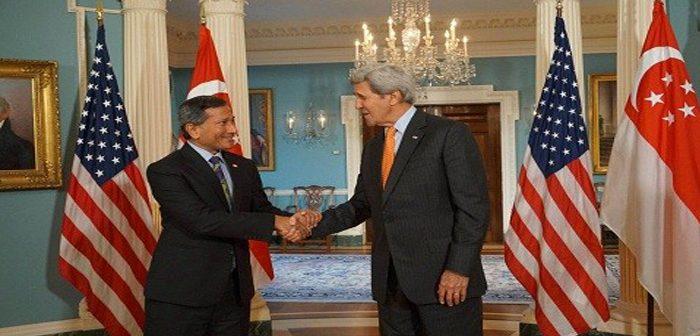 រដ្ឋមន្រ្តីក្រសួងការបរទេសលោក Vivian Balakrishnan(ខាងឆ្វេង)  និងរដ្ឋមន្ត្រីការបរទេសអាមេរិកលោក John Kerry (ខាងស្ដាំ) ។ រូបពី Minister for Foreign Affairs Singapore ។